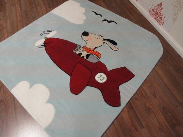 Kinderteppich- Gustav bei Fliegen in Rot, der Hund 150 x 150 cm Gustav und seine Freunde